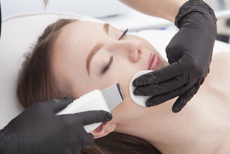 La mujer hermosa está teniendo un tratamiento facial en balneario imágenes de archivo libres de regalías