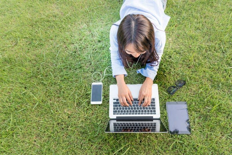 La mujer hermosa explora sitio web en línea de las compras fotografía de archivo libre de regalías