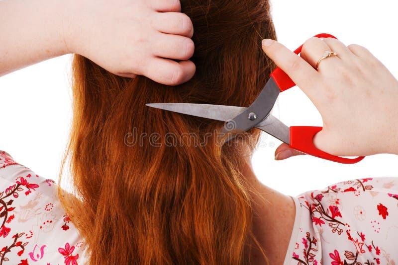 La mujer hermosa joven corta el pelo rojo imagenes de archivo