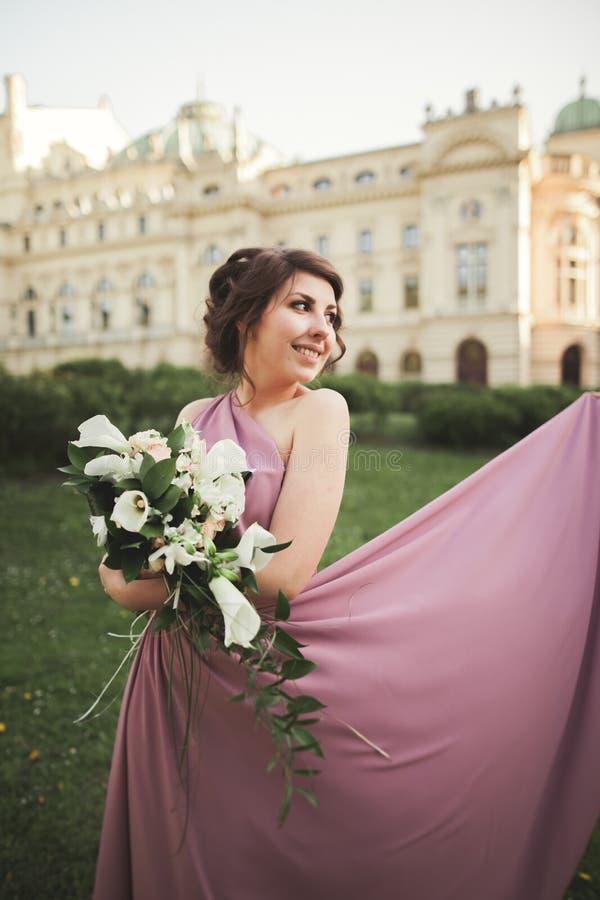 La mujer hermosa, novia en vestido rosado con el gran ramo imágenes de archivo libres de regalías