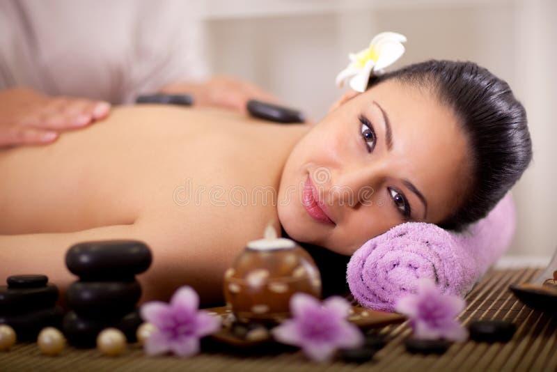 La mujer hermosa que tiene una salud detrás da masajes foto de archivo libre de regalías