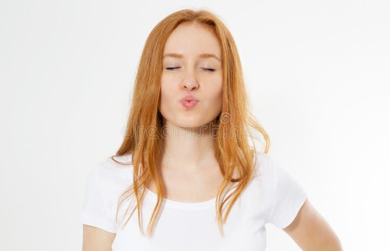 La mujer hermosa y los hblows rojos largos beso del retrato del pelo, demuestra sus buenas sensaciones, dice adiós en la distanci fotografía de archivo libre de regalías