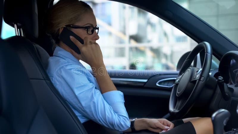 La mujer histérica jura en el teléfono que encuentra errores en el contrato, ataque de nervios imagen de archivo
