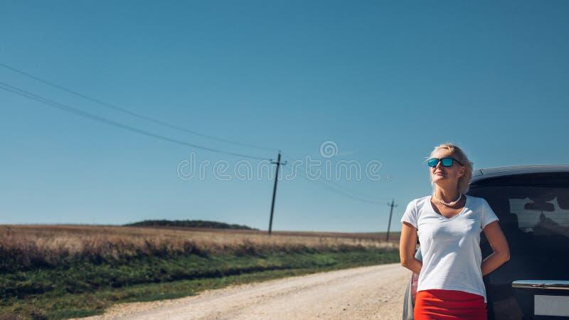 La mujer independiente hermosa disfruta de aventura del camino Wo acertado imagen de archivo