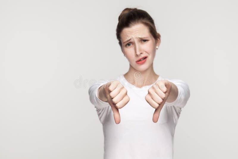 La mujer infeliz demuestra la muestra de la aversión imagenes de archivo