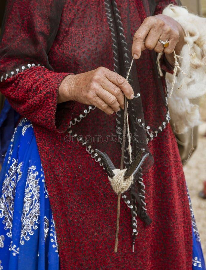La mujer iraní de la tribu de la colina hace girar las lanas de la cabra - primer fotografía de archivo