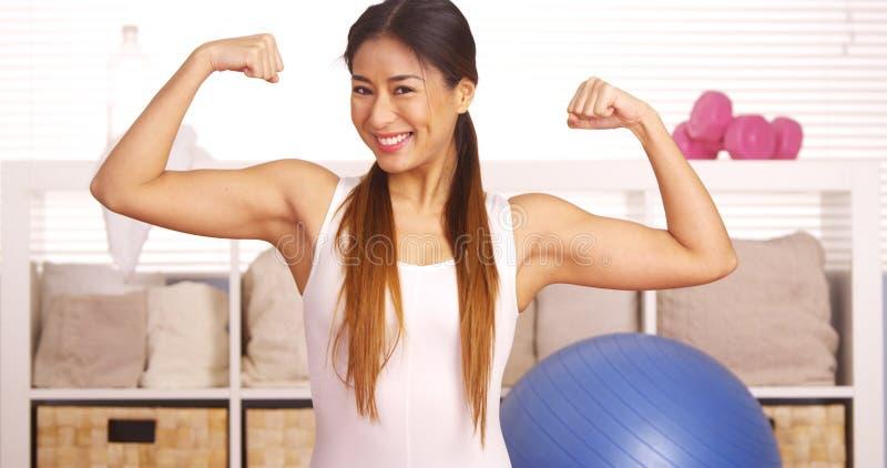 La mujer japonesa fuerte que muestra apagado muscles fotografía de archivo libre de regalías
