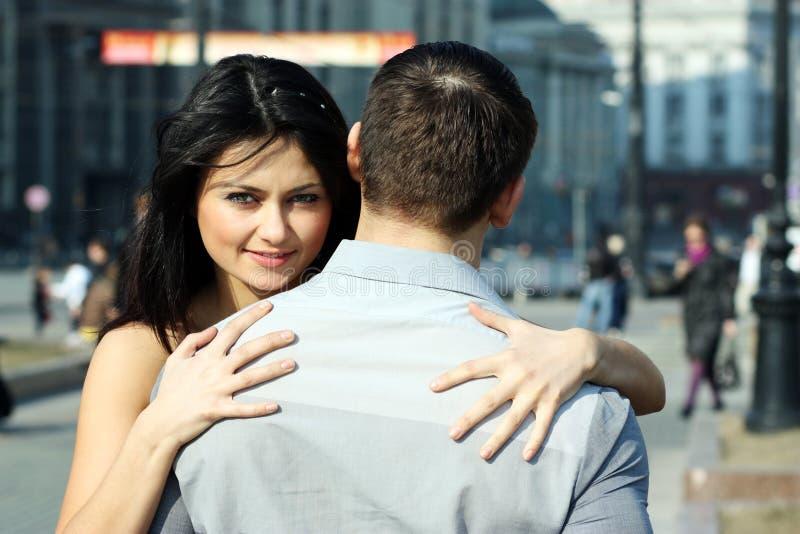 La mujer joven abraza al individuo fotografía de archivo libre de regalías