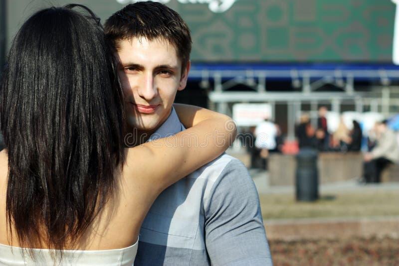 La mujer joven abraza al individuo imagenes de archivo