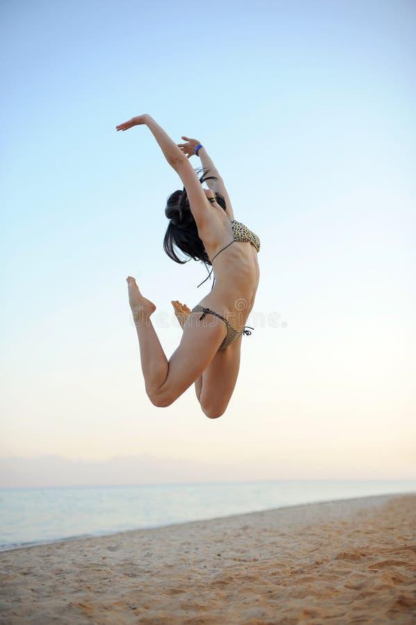 La mujer joven activa está saltando imagen de archivo libre de regalías