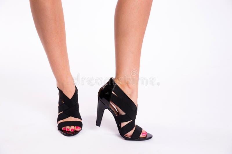 La mujer joven apuntala los zapatos curados negro hermoso delgado de las piernas imagen de archivo libre de regalías