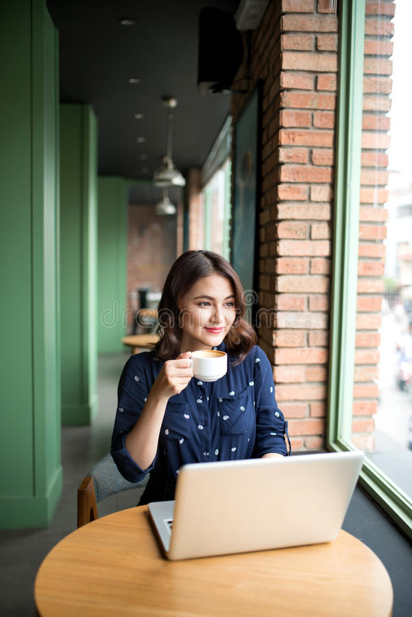 La mujer joven asiática linda hermosa en el café, goza el beber del cof imágenes de archivo libres de regalías