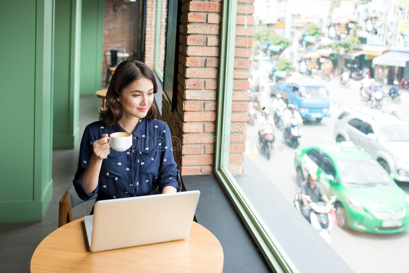 La mujer joven asiática linda hermosa en el café, goza el beber del cof fotos de archivo libres de regalías