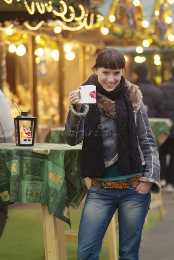 La mujer joven bebe el glogg imagen de archivo libre de regalías