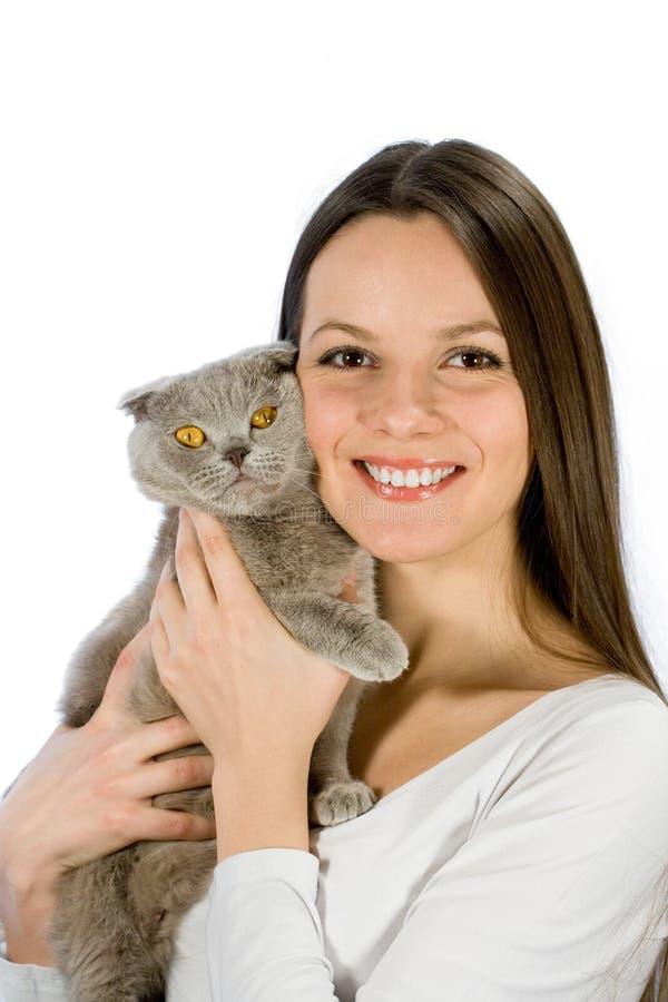 La mujer joven con escocés-plegable el gato foto de archivo