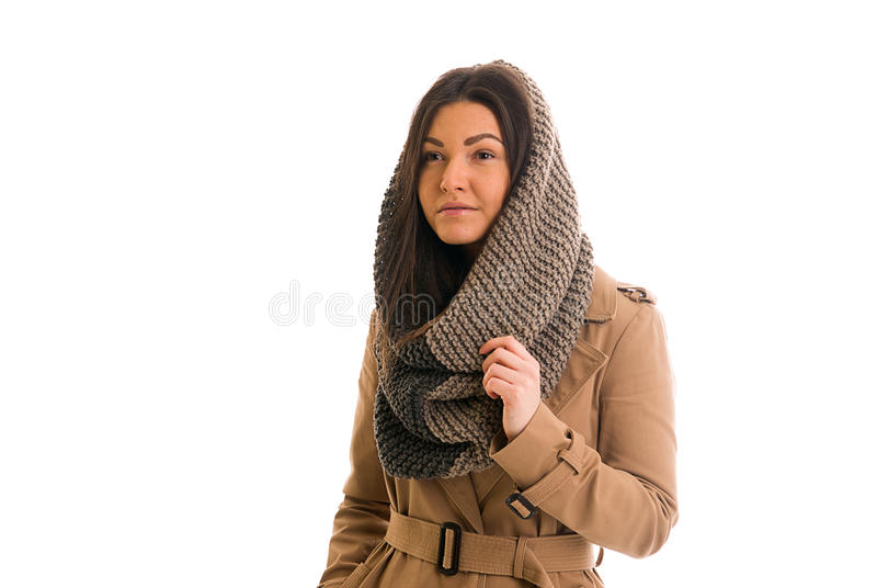 La mujer joven con una bufanda gris está mirando todo derecho imagenes de archivo