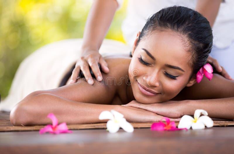 La mujer joven consigue un masaje foto de archivo