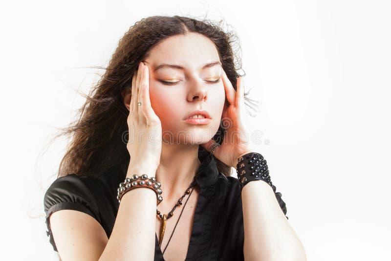La mujer joven de pelo largo hermosa tiene un sue?o fotografía de archivo libre de regalías
