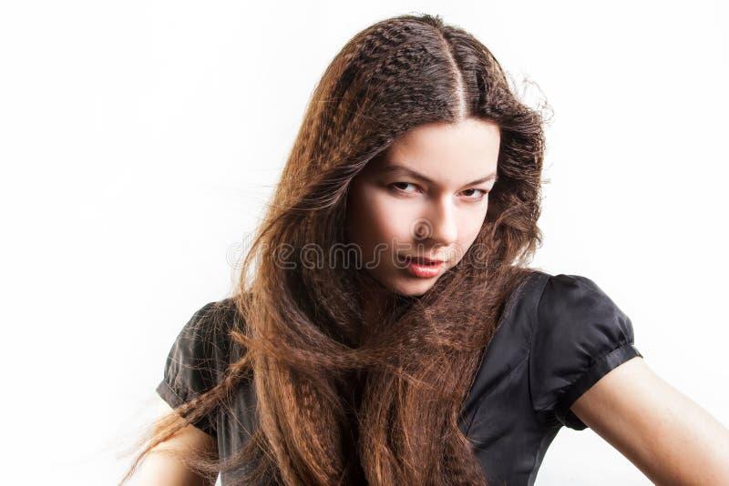 La mujer joven de pelo largo hermosa tiene un sue?o imágenes de archivo libres de regalías