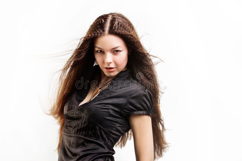 La mujer joven de pelo largo hermosa tiene un sue?o foto de archivo