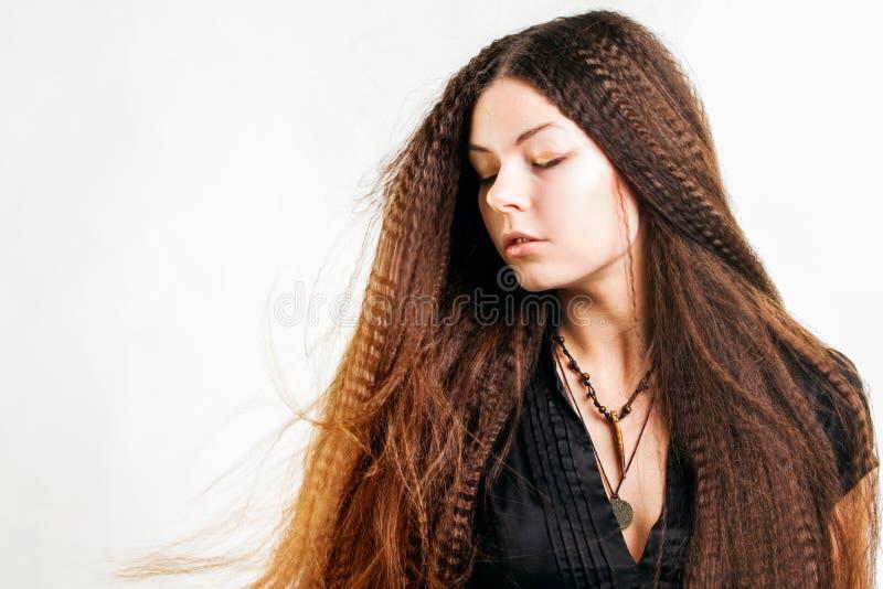 La mujer joven de pelo largo hermosa tiene un sue?o foto de archivo libre de regalías
