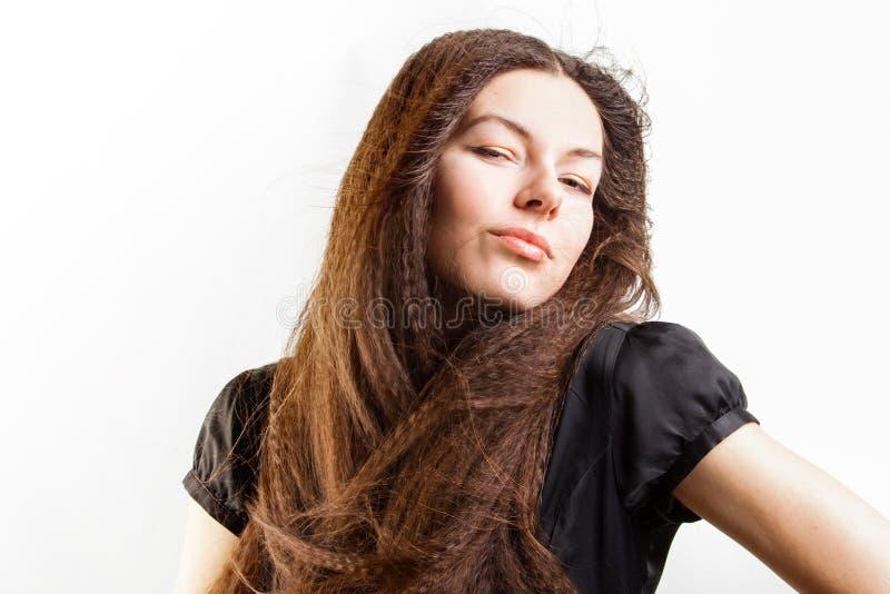 La mujer joven de pelo largo hermosa tiene un sue?o fotos de archivo libres de regalías