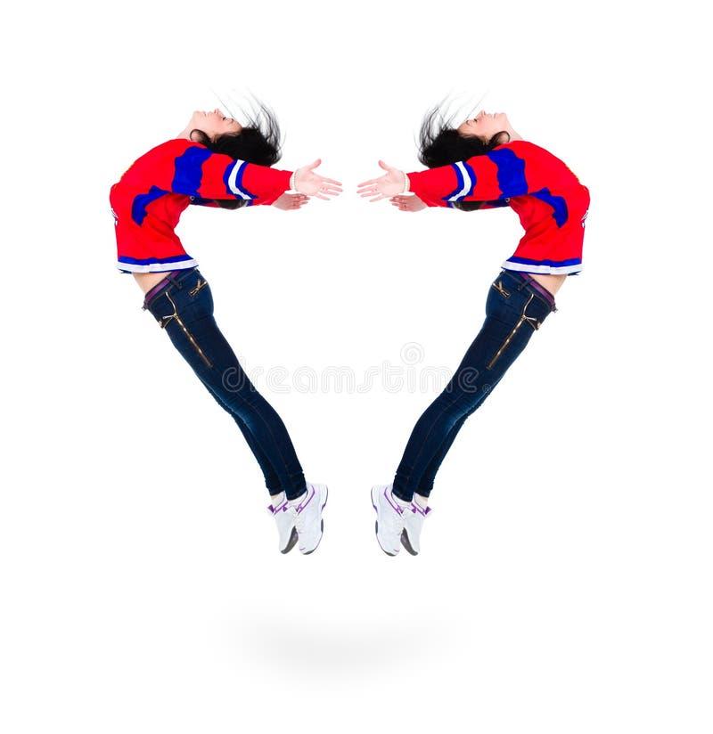 Mujer joven de salto que forma una forma del corazón fotografía de archivo