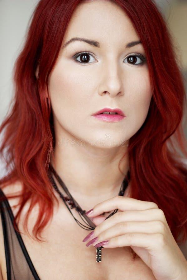 La mujer joven del pelirrojo hermoso con brillante compone el retrato foto de archivo libre de regalías