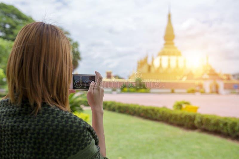 La mujer joven del viajero toma a foto Phra ese templo de Luang en V foto de archivo