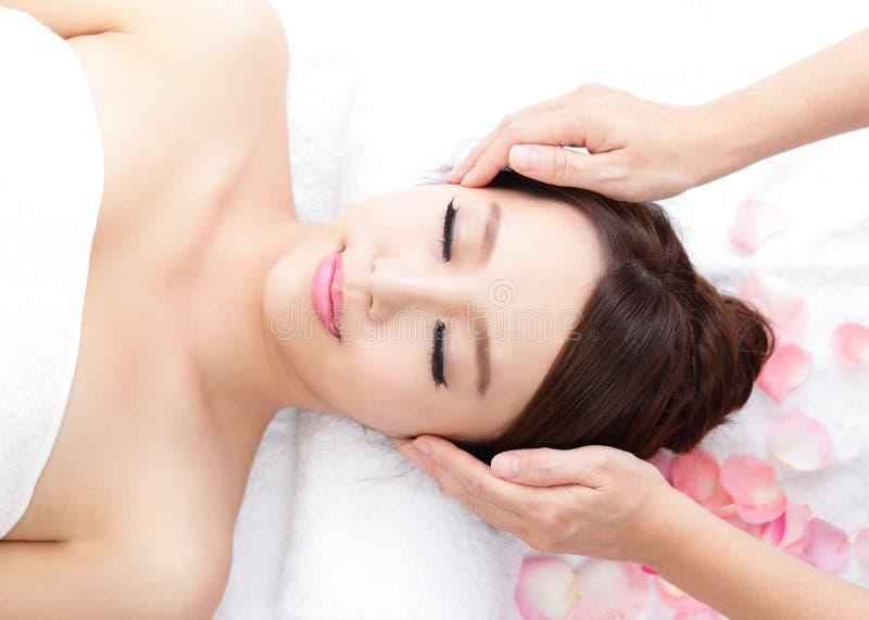 La mujer joven disfruta de masaje en el balneario foto de archivo