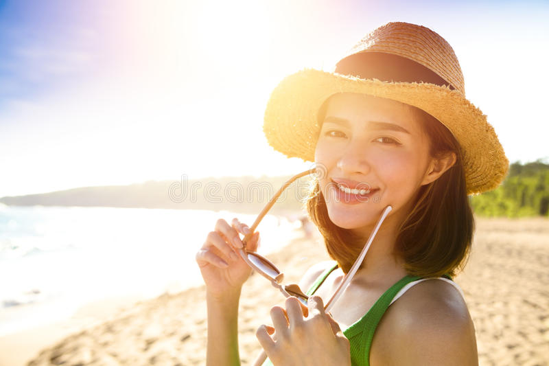 La mujer joven disfruta de vacaciones de verano en la playa imágenes de archivo libres de regalías