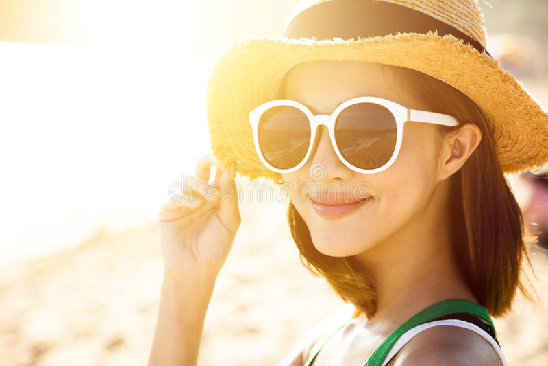 La mujer joven disfruta de vacaciones de verano en la playa imagen de archivo libre de regalías