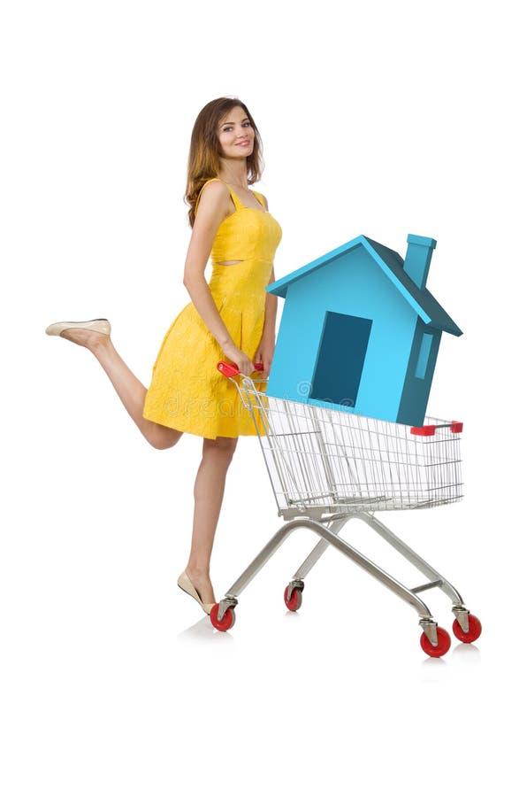 La mujer joven en concepto de vivienda de la hipoteca imagen de archivo