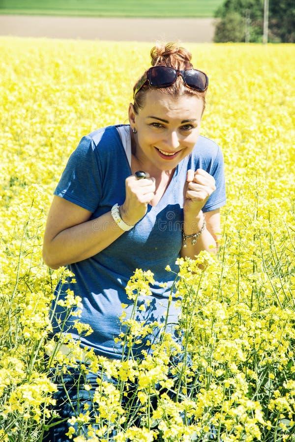 La mujer joven en el campo de la rabina tiene miedo de insectos imagenes de archivo