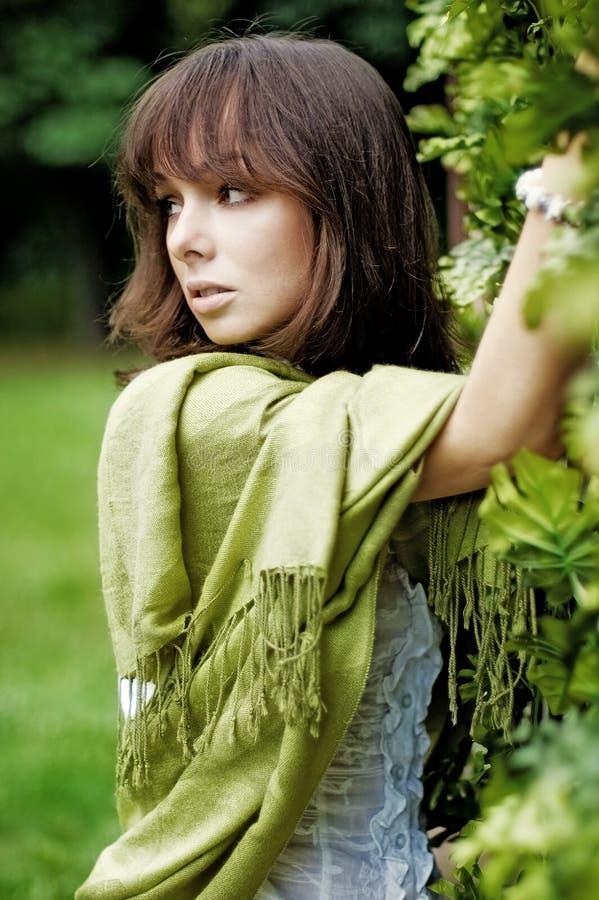 La mujer joven en el verde III fotos de archivo
