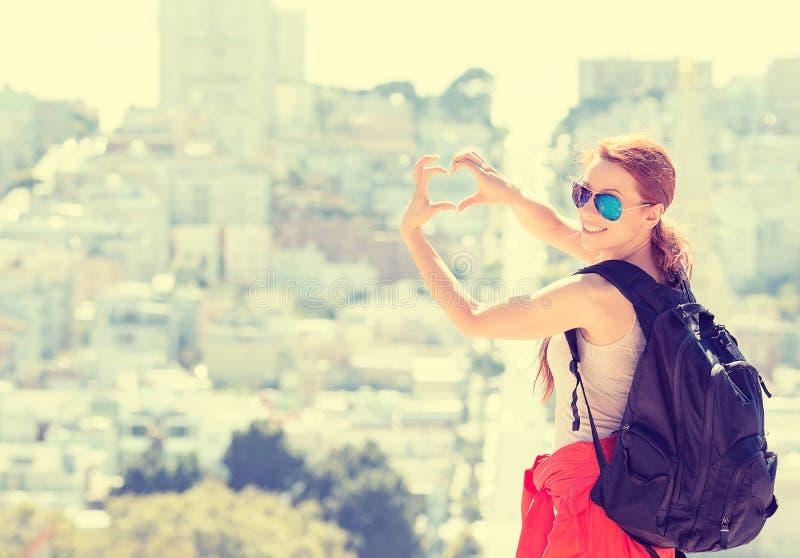 La mujer joven en la ciudad de San Francisco con sonrisa de emisión hizo excursionismo cerca imágenes de archivo libres de regalías