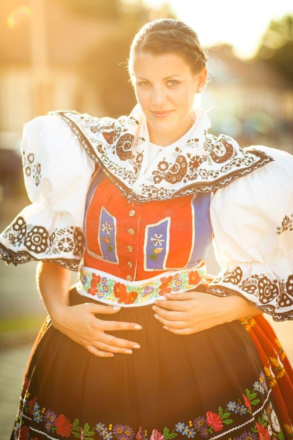 La mujer joven en una gente ceremonial rico adornada se viste fotografía de archivo