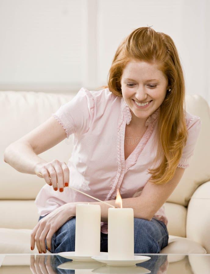 La mujer joven envuelve el regalo imagenes de archivo