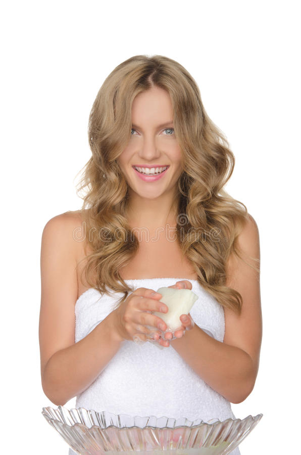 La mujer joven es agua de lavado con las flores foto de archivo