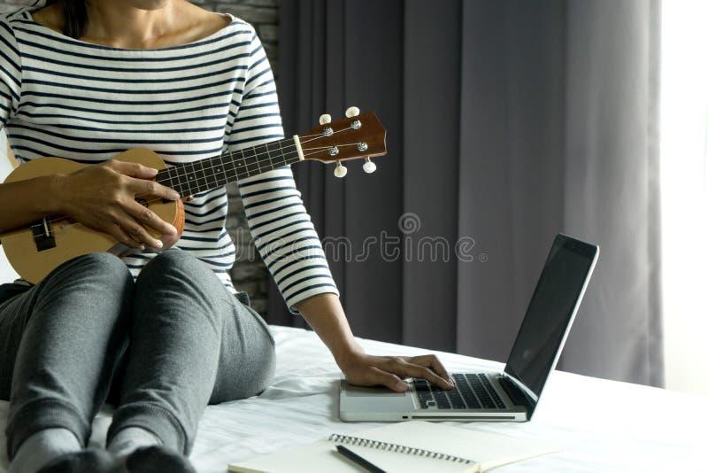 la mujer joven escribe una canción o una música foto de archivo libre de regalías