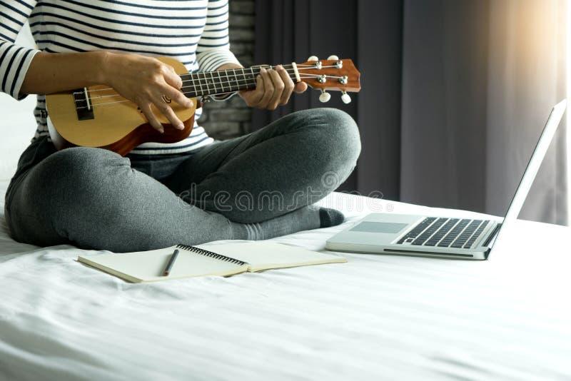la mujer joven escribe una canción o una música fotos de archivo