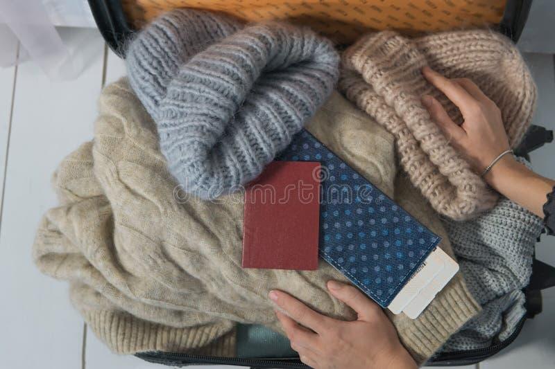 La mujer joven está recogiendo una maleta El viajero que se prepara para el viaje, opinión de perspectiva personal eso tomar de imagenes de archivo