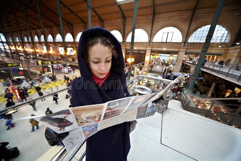 La mujer joven explora la correspondencia de París foto de archivo libre de regalías