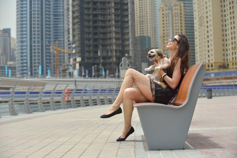 La mujer joven feliz con el perrito se divierte imágenes de archivo libres de regalías