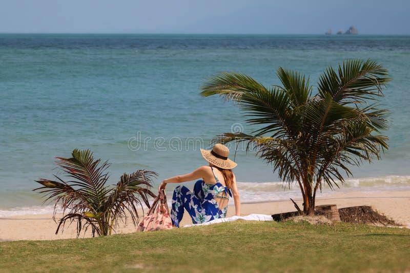 La mujer joven feliz en estilo asiático disfruta de vacaciones de verano en la playa del coco en la isla tropical imágenes de archivo libres de regalías