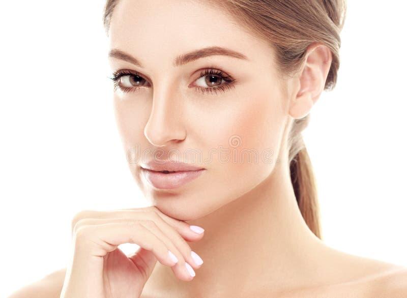 La mujer joven feliz hermosa bronceó la cara del retrato con los labios atractivos imágenes de archivo libres de regalías