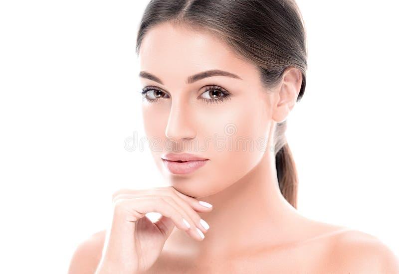 La mujer joven feliz hermosa bronceó la cara del retrato con los labios atractivos imagen de archivo