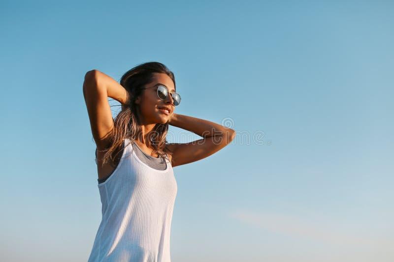 La mujer joven feliz soña para volar en los vientos fotos de archivo