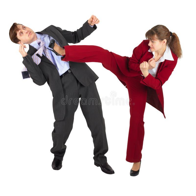 La mujer joven golpea al hombre con el pie en juego de asunto fotografía de archivo