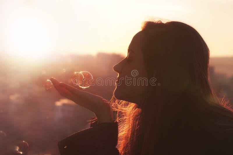 La mujer joven hace un deseo. fotografía de archivo